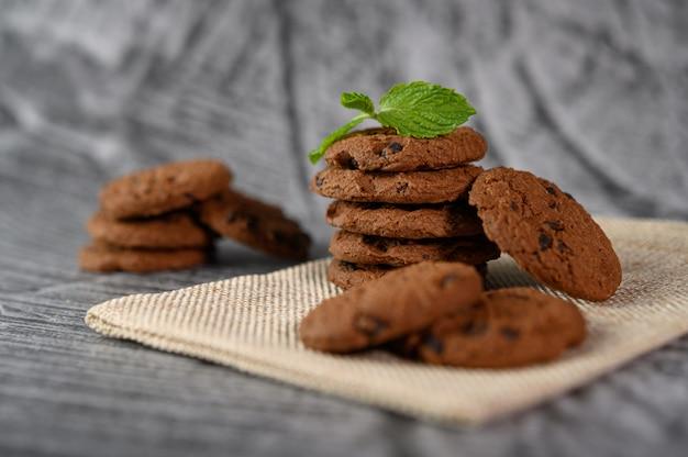 Un tas de biscuits sur un chiffon sur une table en bois Photo gratuit