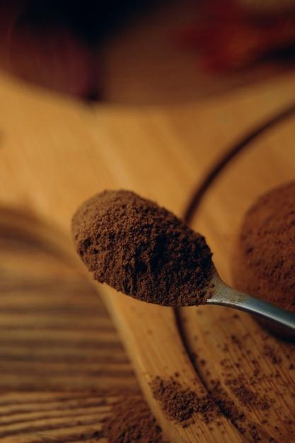 Un tas de biscuits et une cuillerée de cacao. Photo Premium