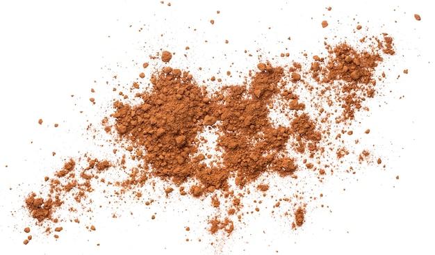 Tas de cacao en poudre isolé. vue de dessus Photo Premium