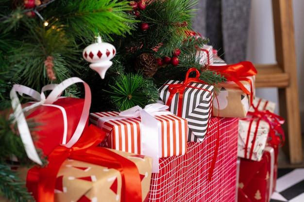 Tas De Cadeaux Emballés Sous Le Sapin De Noël Photo Premium