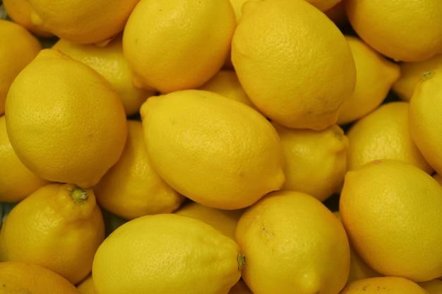 Tas de citrons jaunes vibrants sur le marché Photo Premium