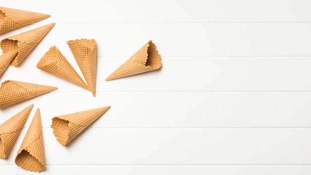 Tas de cônes de gaufres vides Photo gratuit