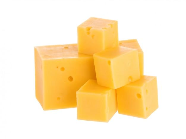 Tas de cubes de fromage avec un tracé de détourage. Photo Premium