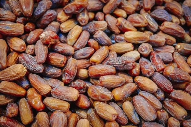 Tas de dattes biologiques séchées. Photo Premium