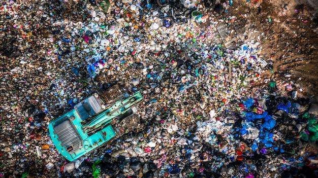 Tas de déchets dans une décharge ou une décharge, vue aérienne de camions à ordures décharger les ordures dans une décharge, le réchauffement climatique. Photo Premium