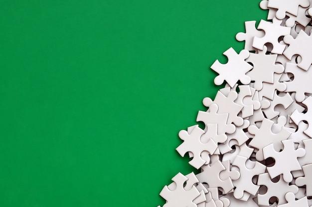 Un tas d'éléments non peignés d'un puzzle blanc se trouve Photo Premium