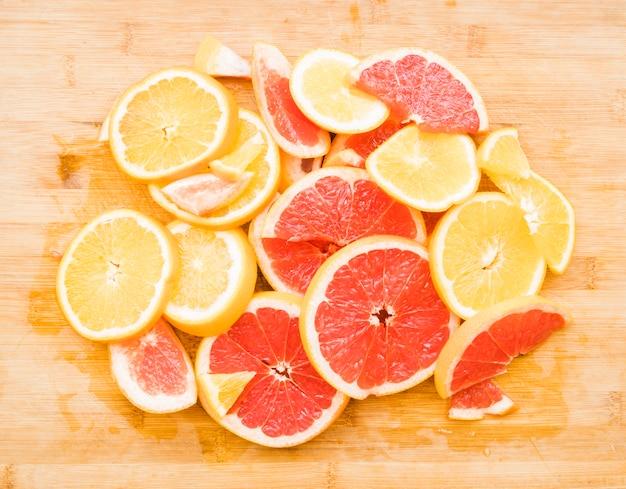 Tas de fruits tranchés d'agrumes juteux Photo gratuit