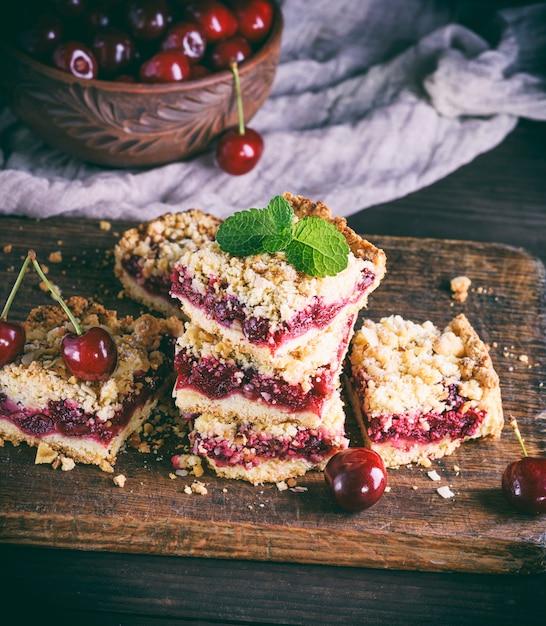 Tas de gâteau au four avec cerise Photo Premium