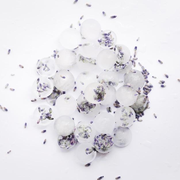 Tas de glaçons aux graines de violette Photo gratuit