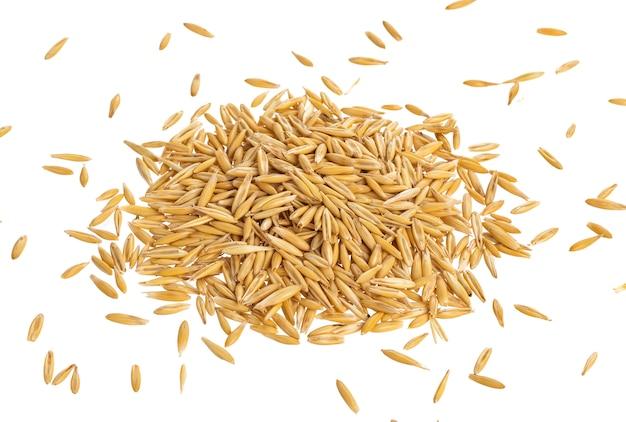 Tas de graines d'avoine isolé sur blanc, vue de dessus Photo Premium