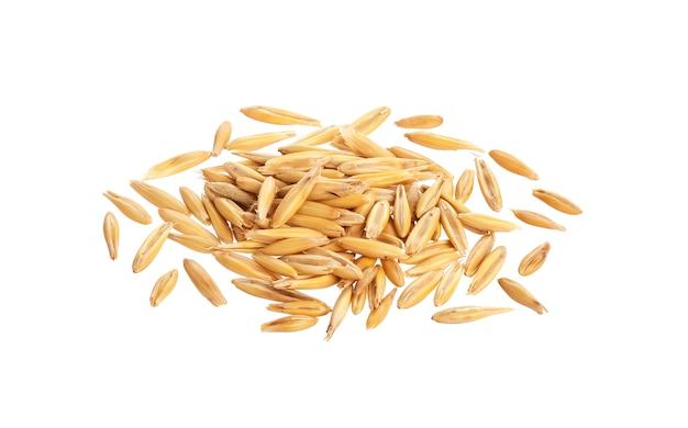 Tas de grains d'avoine isolé sur fond blanc Photo Premium