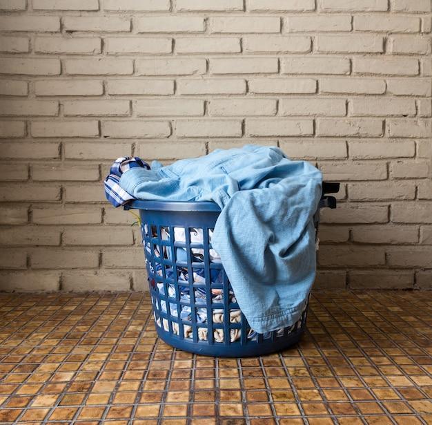 Tas de linge sale dans un panier à linge Photo Premium