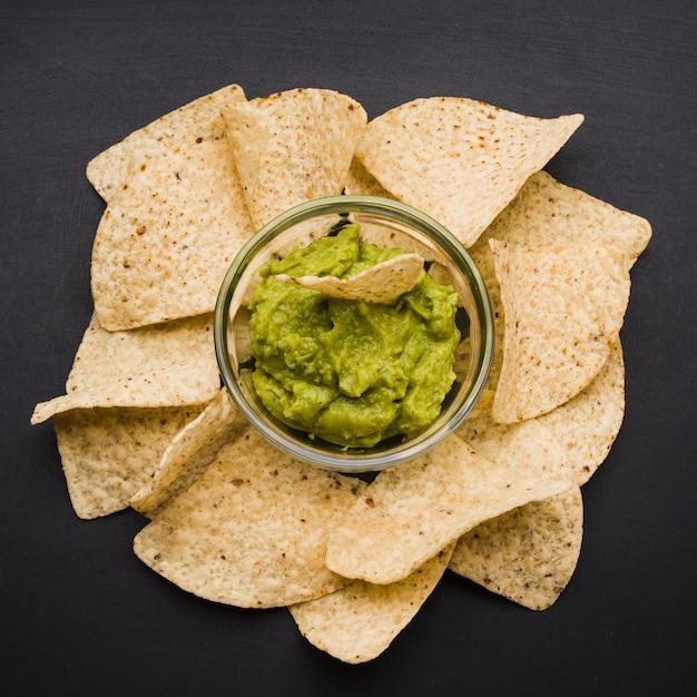 Tas de nachos et sauce dans un bol Photo gratuit