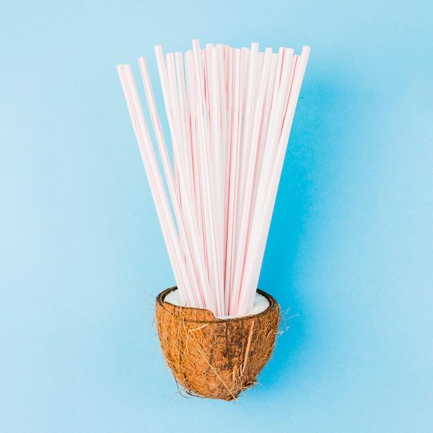 Tas de pailles en plastique à la noix de coco Photo gratuit