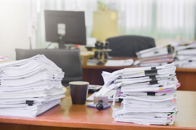 Tas de paperasse pile de documents sur le bureau, facturation et examen de documents commerciaux pour le rapport annuel de synthèse des résultats Photo Premium