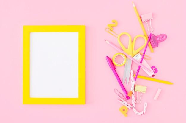 Tas de papeterie près du cadre Photo gratuit