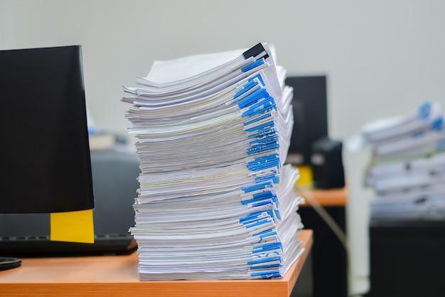 Tas de papiers travaillent pile documents sur le bureau Photo Premium