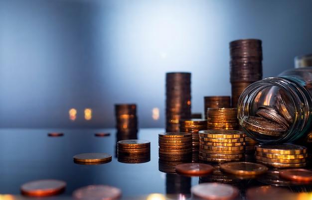 Tas de pièces de monnaie pour les finances et le concept d'entreprise, économiser de l'argent. Photo Premium