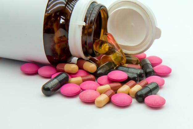 Un Tas De Pilule De Médecine Et De Capsule De Vitamine. Photo Premium