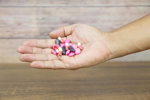 Tas De Pilule De Médecine Et Capsule De Vitamine. Photo Premium