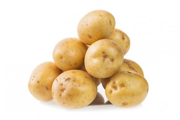 Tas de pommes de terre jeunes fraîches isolés sur blanc Photo Premium