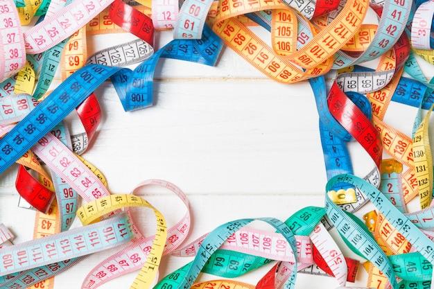 Tas de rubans à mesurer colorés en forme de cadre Photo Premium