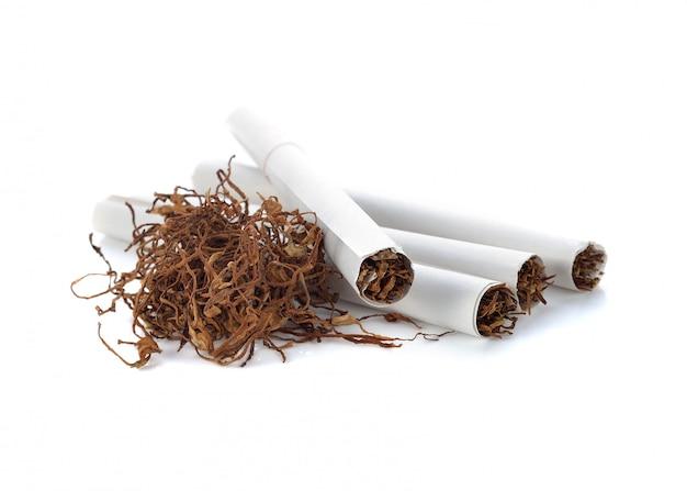 Tas de tabac et cigarette sur fond blanc Photo Premium