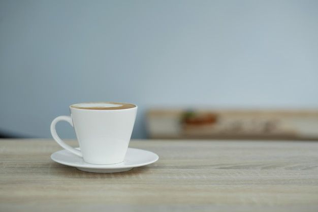 Tasse blanche de café sur la table en bois Photo Premium