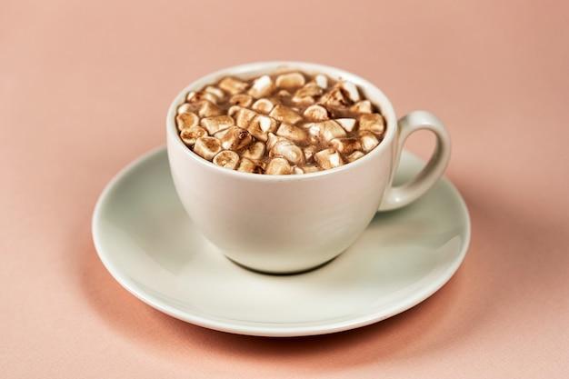 Tasse Blanche Avec Soucoupe. Café Aux Guimauves. Gros Plan Sur Fond Rose Photo Premium