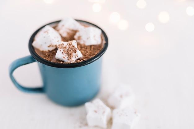 Tasse bleue avec cacao et guimauves Photo gratuit