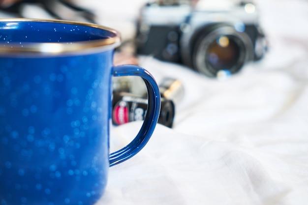 Tasse bleue et caméra Photo gratuit