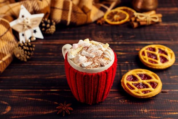 Une tasse de boisson chaude avec de la crème fouettée et de la poudre Photo Premium