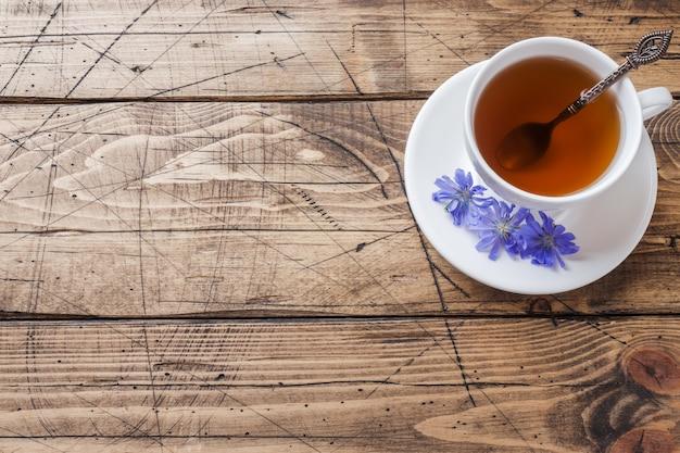 Tasse Avec Boisson Chicorée Et Fleurs De Chicorée Bleue Sur Table En Bois. Copiez L'espace. Photo Premium