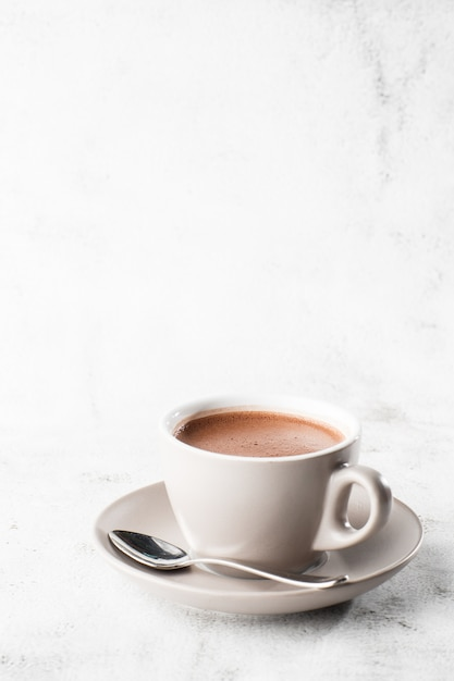 Tasse De Cacao Chaud Ou Chocolat Chaud Ou Americano Dans Une Tasse Blanche Isolée Sur Fond De Marbre Brillant. Vue Aérienne, Espace Copie. Publicité Pour Le Menu Du Café. Menu Du Café. Photo Verticale. Traditionnel Photo Premium