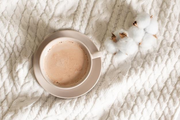 Tasse de cacao sur un fond tricoté. Photo Premium
