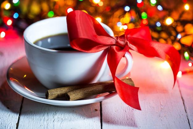 Une tasse de café avec un arc Photo gratuit