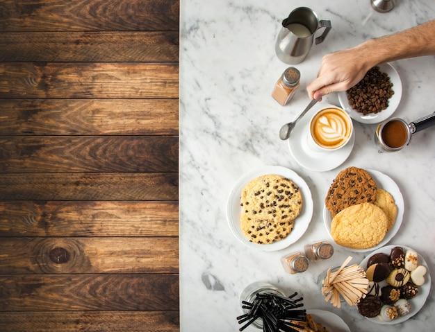 Tasse de café et des assiettes avec des biscuits au chocolat Photo gratuit