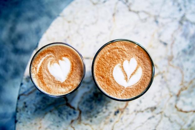 Tasse de café au lait chaud sur fond de table en marbre Photo Premium