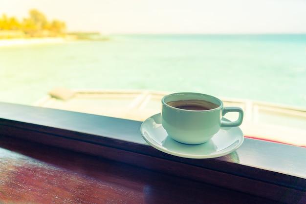 Tasse à café avec belle île tropicale des maldives Photo Premium