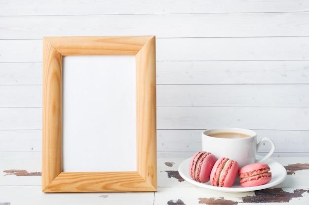 Tasse de café et biscuits macaron sur une assiette Photo Premium