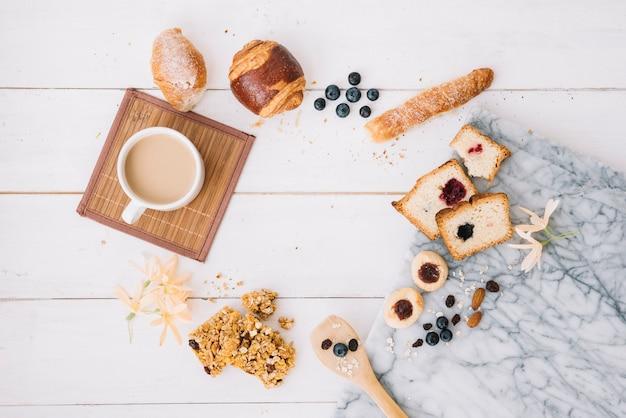 Tasse à café avec boulangerie sur table en bois Photo gratuit