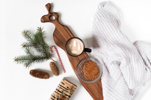 Tasse à café avec une branche de sapin sur la table Photo gratuit