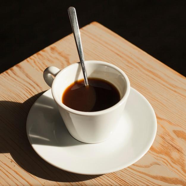 Tasse de café sur le bureau dans un café Photo gratuit