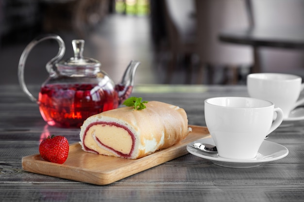 Tasse De Café, Café En Cuivre Turc, Dessert Sur Une Assiette En Bois Photo Premium