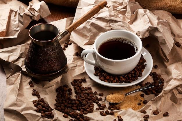 Tasse à café et cezve pour café turc Photo Premium