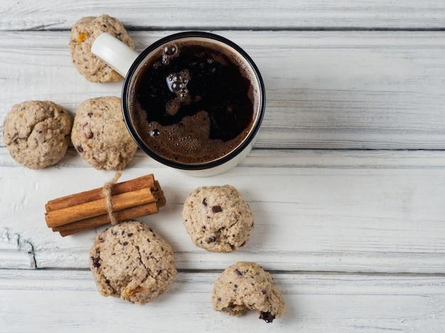 Tasse de café chaud et biscuits à l'avoine faits maison pour le petit déjeuner Photo Premium