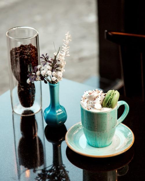 Tasse De Café Chaude Avec Crème Et Macaron Photo gratuit