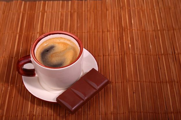 Tasse à café et chocolat sur la texture de la table en bois. pause café Photo Premium