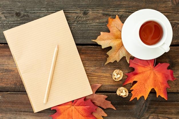 Tasse de café à côté de cahier vide Photo gratuit