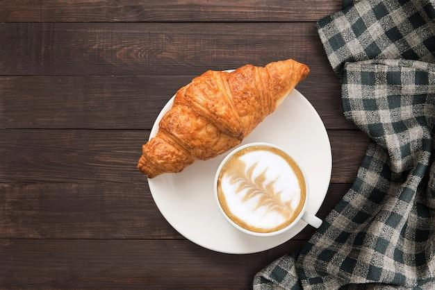 Tasse à Café Et Croissants Frais Au Four Près De Serviette Sur Fond En Bois. Vue De Dessus, Espace Copie. Photo Premium